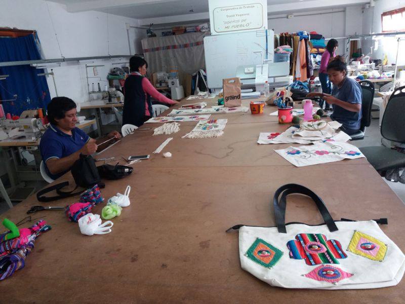 """La cooperativa """"Diseño de mi pueblo"""", de Vaqueros, llevará a la feria """"Puro Diseño 2018"""", la impronta de su marca """"Demipue""""."""