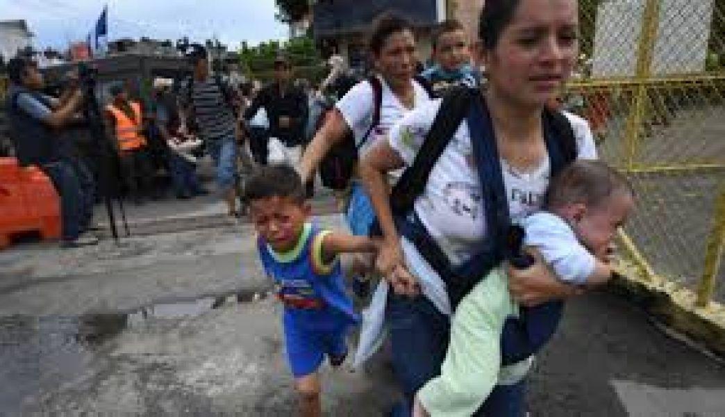 Con la esperanza de ingresar de forma legal al país o, si son rechazados, intentar adentrarse en México.