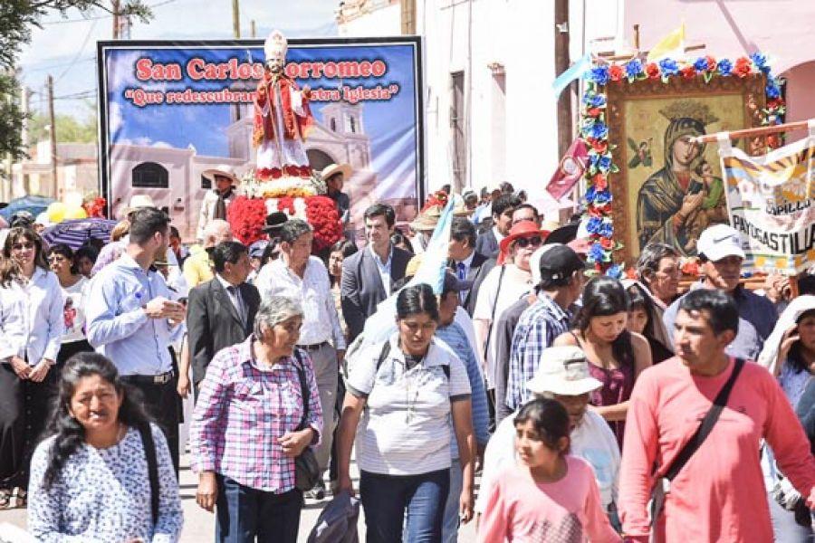 En la localidad de San Carlos, el gobernador Urtubey participó de la procesión en honor a su santo patrono San Carlos Borromeo.