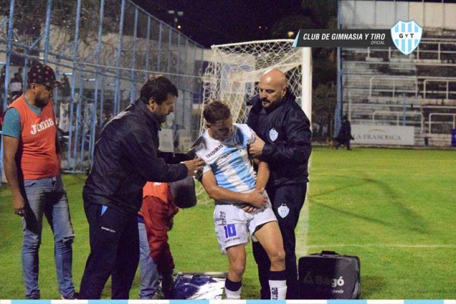 Mateo es retirado de la cancha asistido por los médicos. Foto: GyT oficial.