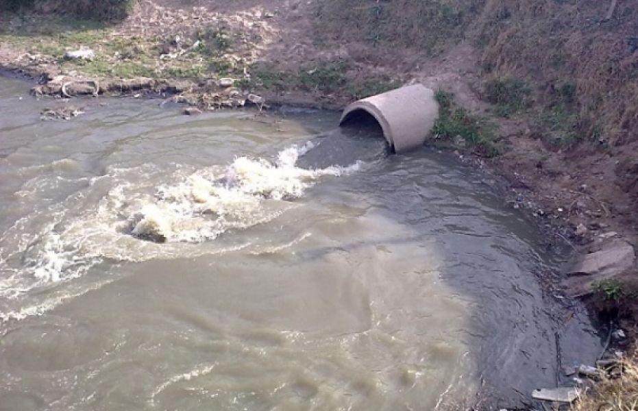 Afiche pegados en la zona del río Arenales informan sobre la situación de contaminación de sus aguas.