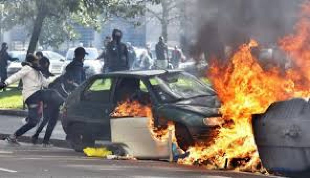 Como consecuencia de las protestas se registraron más de 100 personas heridas, 400 detenidas y 4 muertos. Macro dio marcha atrás