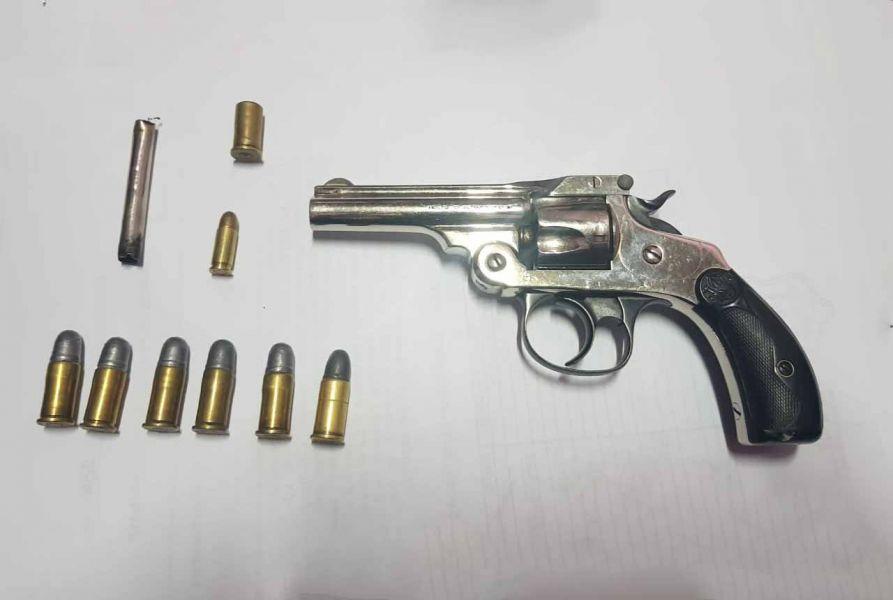 Un arma de fuego calibre 38 fue secuestrada a uno de los menores.