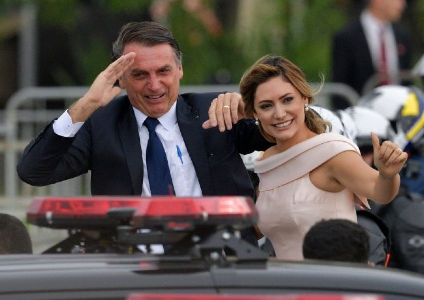 Jair Bolsonaro previo a su asunción acompañado por su esposa Michelle.
