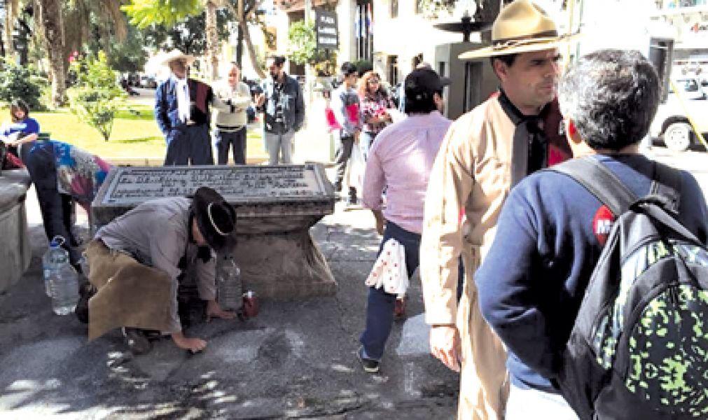 Las pintadas de pañuelos de madres y abuelas en Plaza Güemes desató polémicas en Salta.