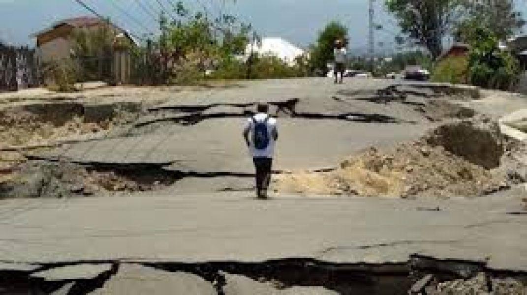 Suman a 15 los muertos y varios desaparecidos por deslizamiento de tierra en Indonesia.