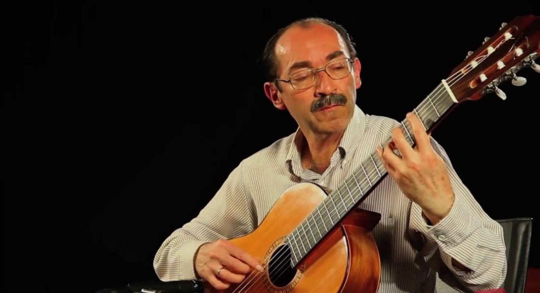 """Fernando Arduz Ruiz, hace 30 años que es profesor de guitarra de la Escuela Municipal de Música Regional """"Pastor Achá"""" de Tarija."""