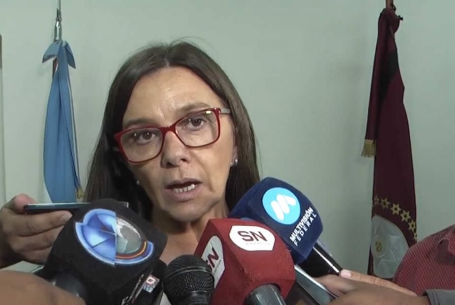 """La Ministra Analía Berruezo frente al reclamo wichi en la Plazoleta reafirmó que """"no habrá otra propuesta aparte del cargo de coordinación ofrecido""""."""