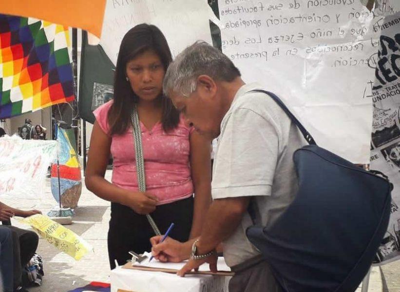 Una de las manifestantes wichis Gabriela Díaz, en la carpa del acampe promueve la firma de un petitorio y revela condiciones educativas degradantes.
