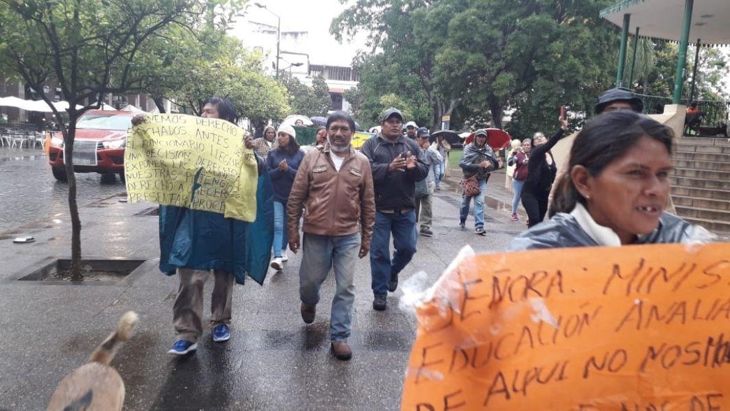 Indignados por el hostigamiento policial los manifestantes marcharon bajo la lluvia alrededor de la Plaza 9 de Julio.