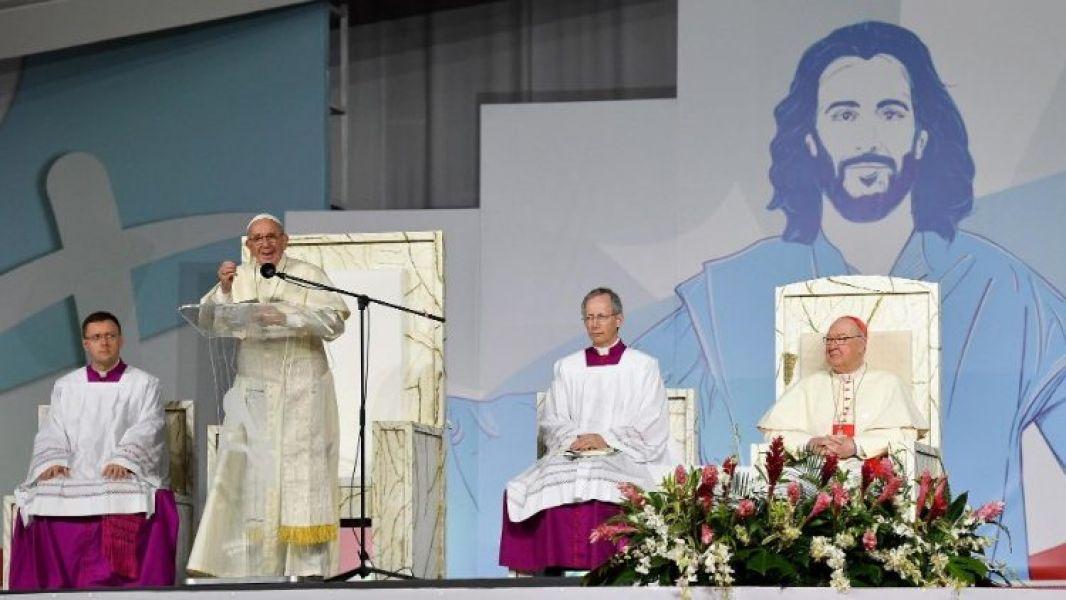 El Papa con una multitudinaria misa puso fin a su gira de cinco días por Panamá.