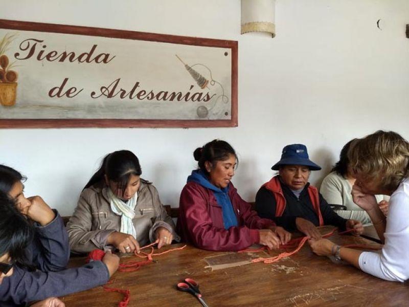 De parajes ubicados a lo largo de la ruta 51, unos 30 artesanos llegaron a la Fundación Alfarcito con sus productos.