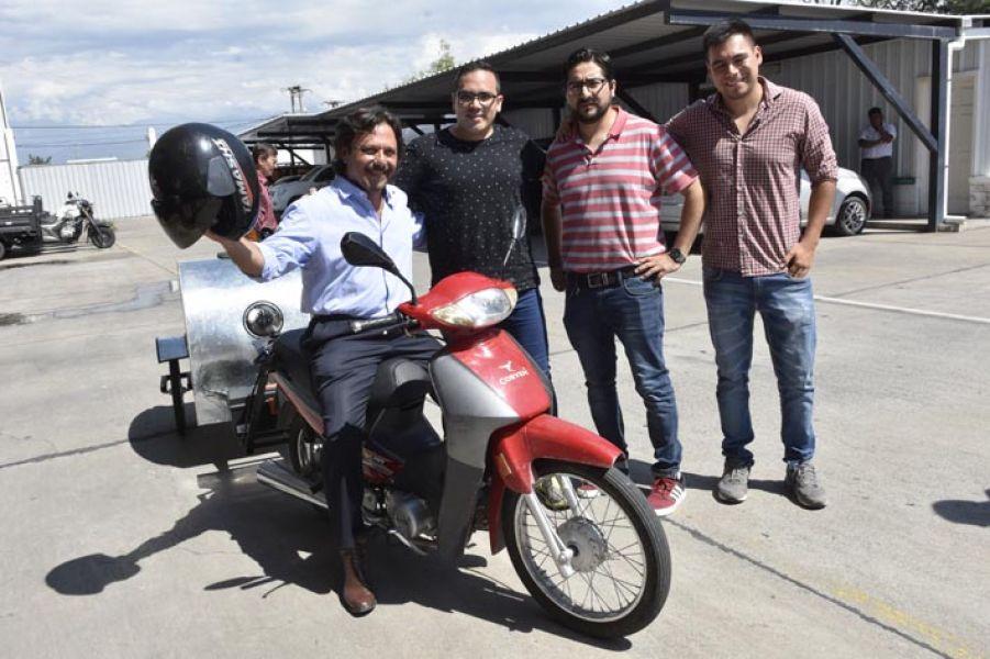 El intendente promete apoyar el proyecto de los emprendedores de la moto-ambulancia para mascotas, la primera de Sudamérica.