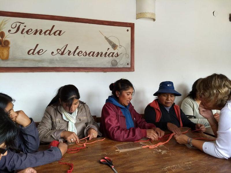 Los artesanos se capacitaron en bordado en lana y macramé.