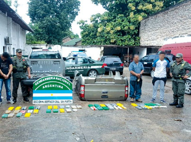 """Se secuestraron 47,040 kilos de cocaína oculta en un compartimento tipo """"doble fondo"""" de la carrocería de una camioneta."""