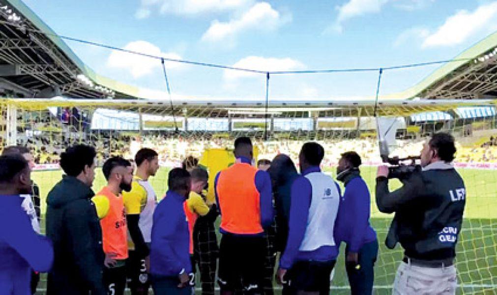 Los jugadores del Nantes cuelgan la 9 detrás del arco.