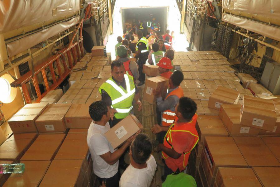 Mientras la oposición organiza el operativo del sábado, Maduro anunció la llegada de 300 toneladas de asistencia de Moscú.