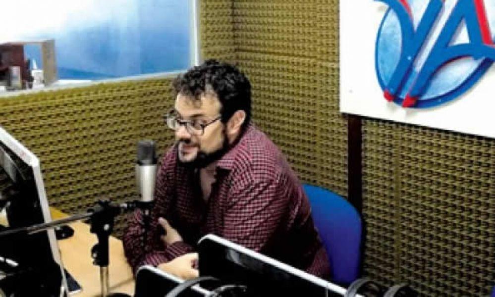 El especialista en marketing Israel Guerrero en los estudios de FM Ya. Su conferencia para emprendedores se concretará hoy en Salta.