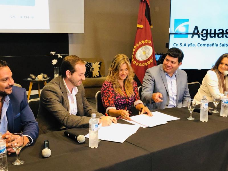 Elías Chiadeh, vicepresidente de la CADISAL firma el convenio con Aguas del Norte.