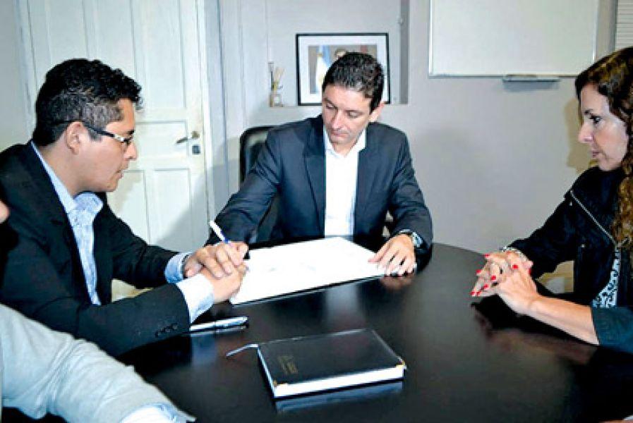 Firma de convenio en Defensa del Consumidor.