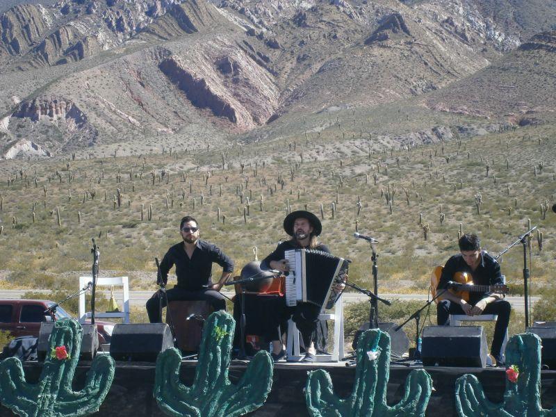 """El Chango Spaiuk en Salta, tocando en el ciclo """"Picnics Musicales"""" en el Parque Nacional Los Cardones."""